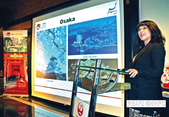 Mary Halloran, assistant director at the Japan National Tourism Organization in Los Angeles, speaks during an event held to announce the return of Japan Air Lines' direct service between L.A. and Osaka. The luncheon at Yamashiro Restaurant in Hollywood also introduced a host of new amenities on JAL flights. (MIKEY HIRANO CULROSS/Rafu Shimpo)