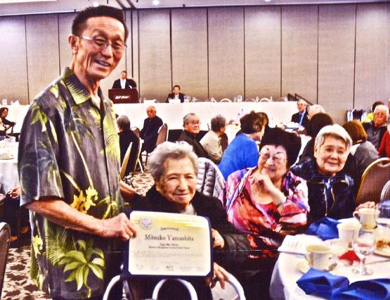 Vice President Jack Miyagawa presents Mitsuko Yamashita with the Centenarian Society Award.