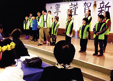 A performance by students from Suzume no Gakkou.