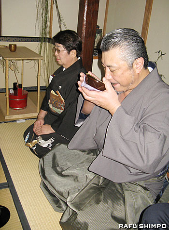 江戸千家ロサンゼルス不白会の茶会に出席し茶を味わう甲山さん