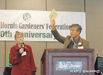 "Sankyaku Seki, author of ""Gardeners' Pioneer Story,"" delivers a lecture. His wife, Judy, served as an interpreter. (RYOKO NAKAMURA/Rafu Shimpo)"