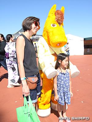 大井競馬場のマスコット「うまたせ君」は子供たちに大人気だった