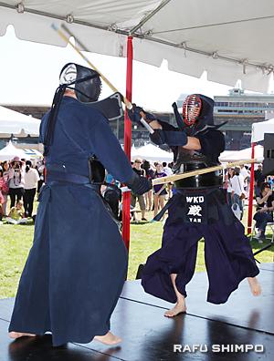 ステージでは、さまざまな出し物が披露された。写真は、大きな掛け声を上げ、気合いが入った剣道の実演
