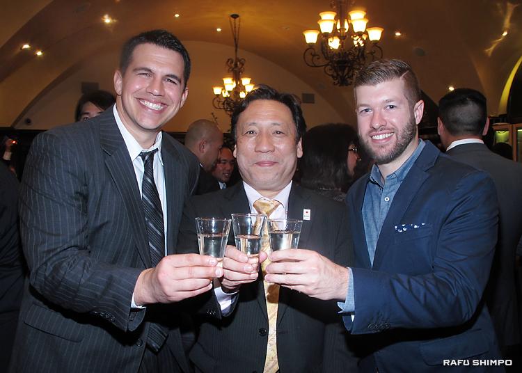 地酒で乾杯する(左から)ウォーカーさん、嶋根さんと、トロージャンさん