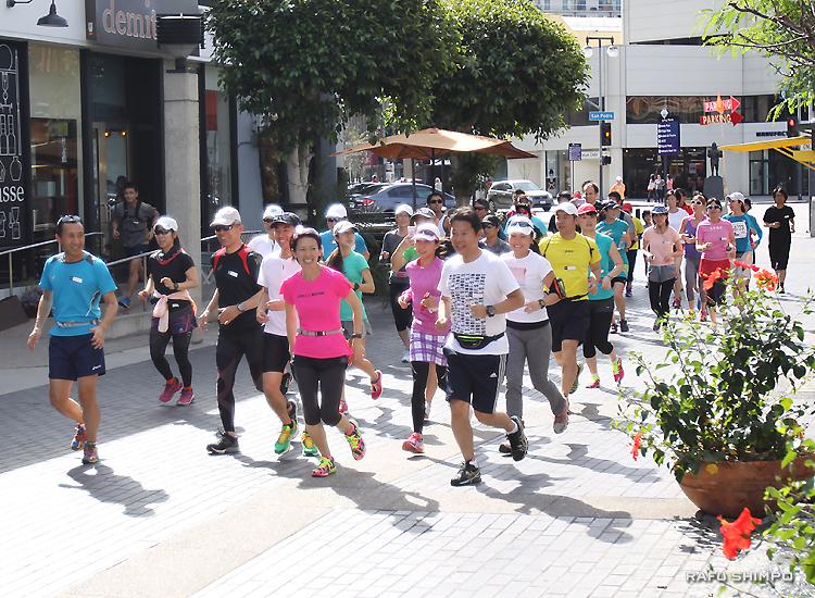 有森さん(中央)を先頭に小東京のオニヅカ・ストリートを走るモーニングランの参加者