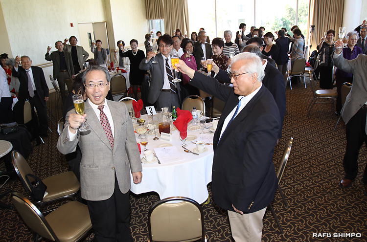 顧問の筒井さんの発声で、乾杯をする太田会長(中央左)ら参加者