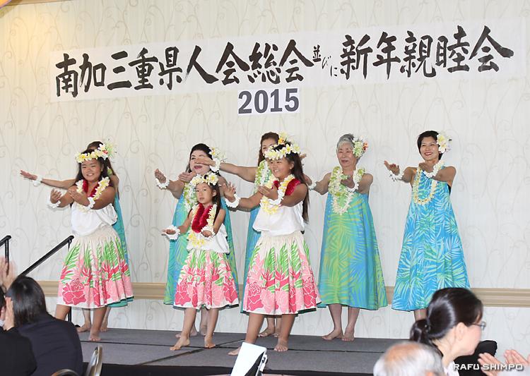 県人会の会員が活動する同好会が披露するフラダンス