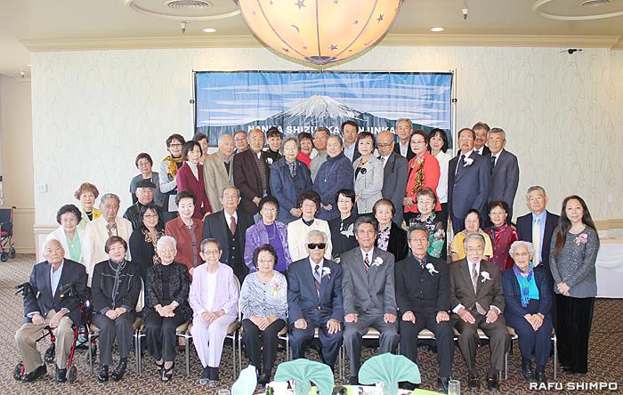 新年会での再会を祝し参加者で記念撮影