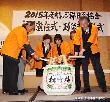 来賓による鏡開き。右端が堀之内総領事。右から3人目が藤田会長