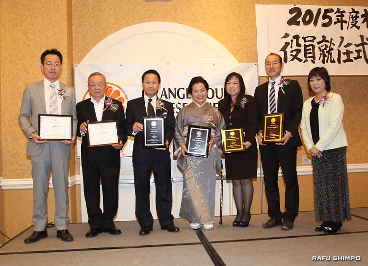 表彰式で藤田会長(右端)から記念の盾や賞状を授与される(左から)齊藤、中澤、前田、宮城、宮崎、朝倉の6氏