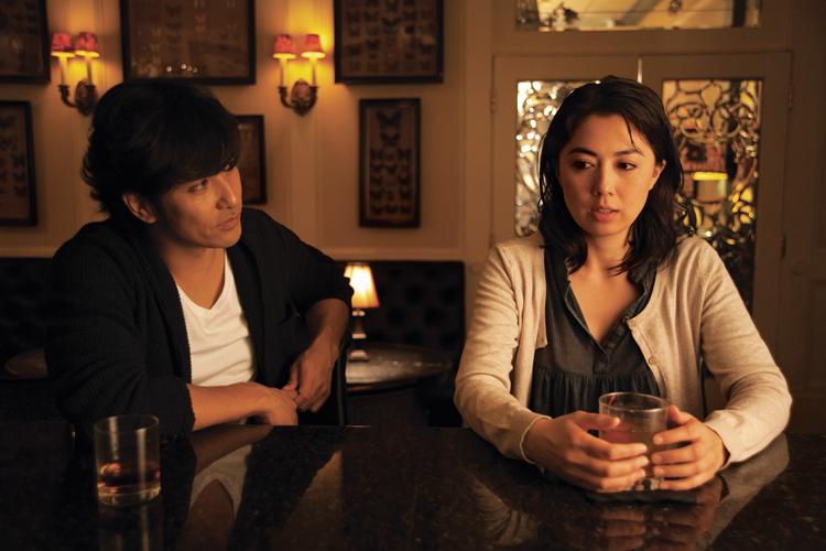 映画で恋に落ちる北村一輝(左)と藤谷文子