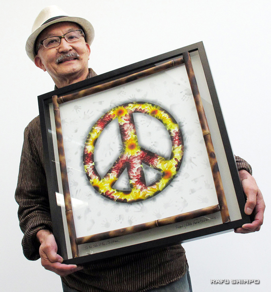 Richard Fukuhara displays one of his pieces inspired by Hiroshima and Nagasaki. (MARIO G. REYES/Rafu Shimpo)