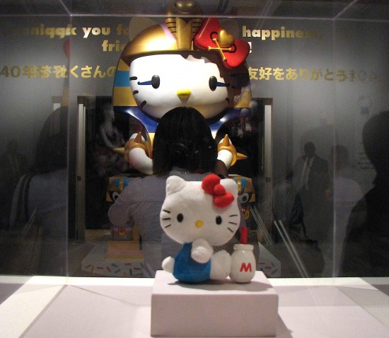 The exhibition features Hello Kitty figures of all sizes. (J.K. YAMAMOTO/Rafu Shimpo)