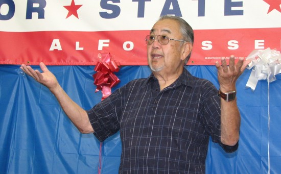 Warren Furutani speaks at a rally for the re-election of Assemblymember Al Muratsuchi in October 2014. (J.K. YAMAMOTO/Rafu Shimpo)