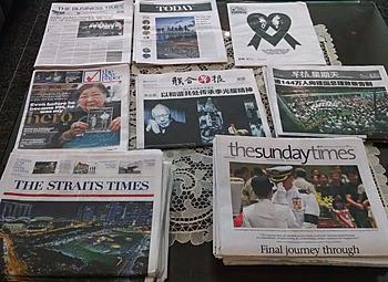 逝去から国葬まで、連日各紙で追悼特集が組まれた。左下は国葬の前日、一般弔問客の列が夜中まで最長11時間待ちとなった様子