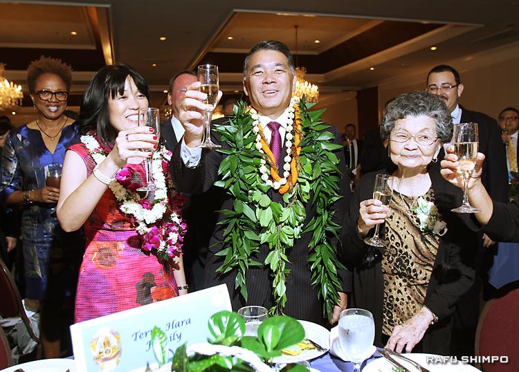 引退パーティーは、約500人の参列者が祝った。妻のゲイルさん(左)、母ヨネコさん(右)とともに、乾杯するハラ氏(中央)