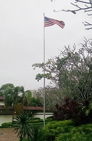 在シンガポール米国大使公邸に翻る星条旗。初代総領事の名前を冠した「芸術の自由」表彰式の晩に