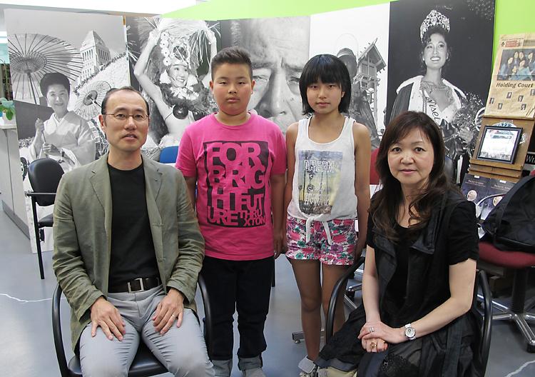 羅府新報を訪れた朝倉夫妻(両端)と宝満さん(中央左)と福留さん(同右)