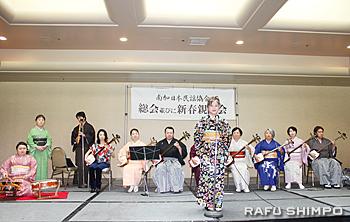 元気の良い歌声と演奏を披露した松豊会のメンバー