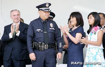 2008年に副本部長に昇格した時の就任式。左からブラトン本部長、祝福を受けるハラ氏、ゲイル夫人、娘キンバリーさん