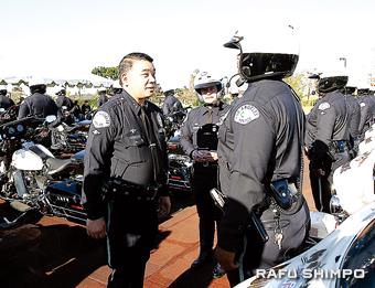 かつて属した交通機動隊の視察で、白バイ隊員を激励するハラ副本部長(左)