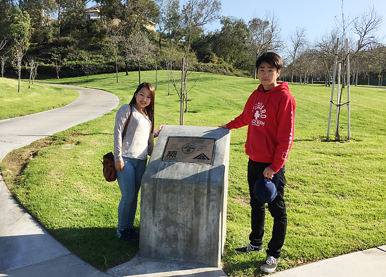 ロサンゼルス支部が桜を植えた公園を訪れる八木澤さん(左)と大澤さん