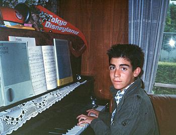 ピアノが大好きでよく音色を披露していたというガーセッティー市長(瀬戸春子さん提供)