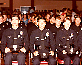 1980年の警察学校の卒業式。中央がハラ氏