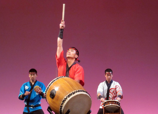 Shi-wei Wu (center) performs a fusion of jazz and Western styles.