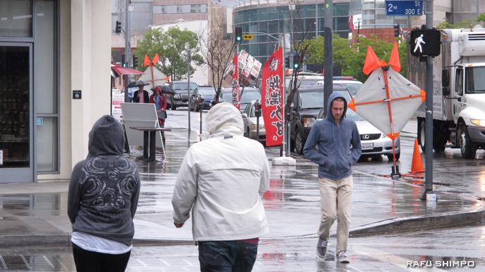横断歩道に足を踏み出していいのは、白い歩いている人のマークが出ている間のみだが、多くの市民がこの法律を知らないのが現状(写真=マリオ・G・レイエス)