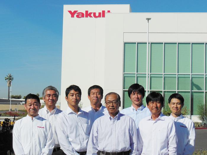 オレンジ郡ファンテンバレーに米国初の工場が完成し、国内での製造販売を開始したヤクルトUSA社の清水社長(前列右から2人目)社員たち
