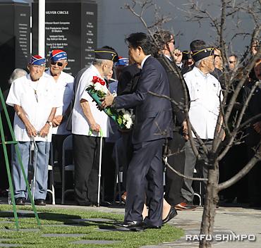 ゴーフォーブロークの記念碑に献花する安倍首相(手前中央)