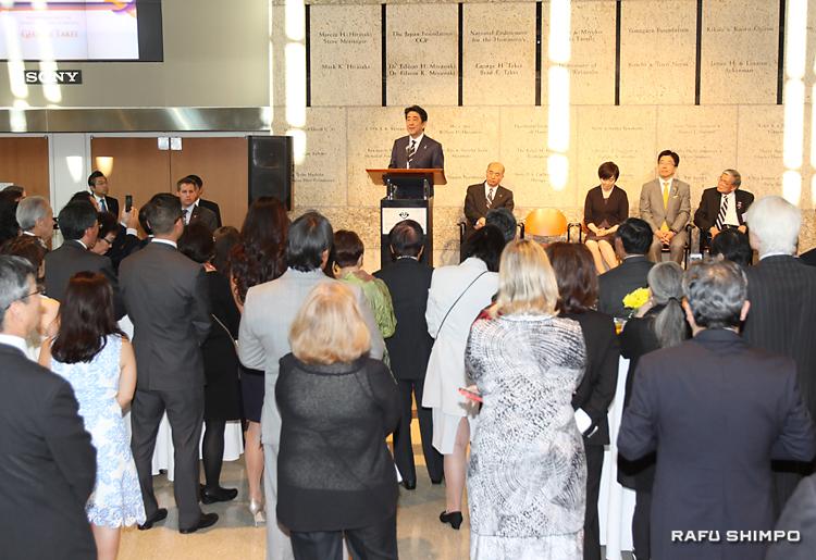 全米日系人博物館で行われたレセプションで、日系人に謝意を述べる安倍首相