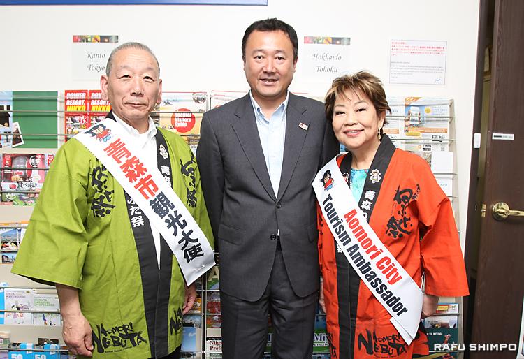JNTOのLA事務所の藤内大輔所長(中央)からアドバイスを受けた豊島年昭(左)、奈良佳緒里(右)の両青森市観光大使