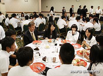 愛媛県出身者と夕食をともにする生徒たち