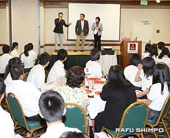 ステージで講話を行う(左から)古茂田和明さん、込山洋一さん(日本語雑誌ライトハウス会長)と、司会の藤田喜美子さん