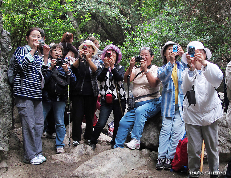 メインの被写体の滝を夢中になって撮影する生徒たち