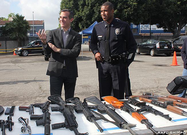 ミッドシティー地区の会場で回収された銃を視察するエリック・ガーセッティーLA市長