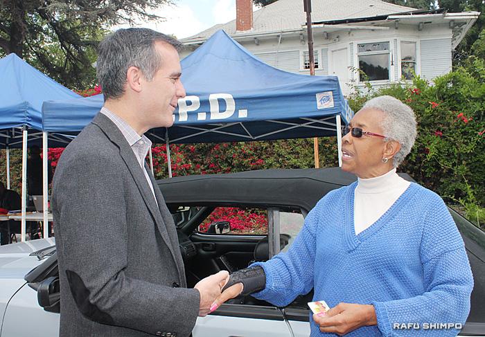 ハンドガン2丁を持参しラルフスの買い物券を手渡されたエミールさん。市長に銃の危険性を訴える
