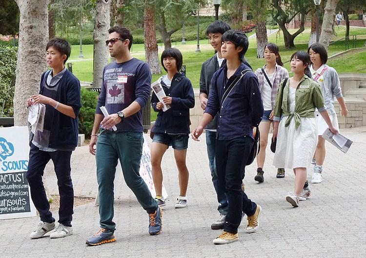 UCLAを訪れキャンパスをツアーする生徒たち