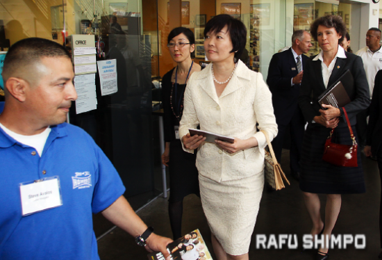 Akie Abe, wife of Prime Minister Shinzo Abe, and Sabine Horinouchi, wife of Consul General Harry Horinouchi, get a tour of Homeboy Industries. (MARIO G. REYES)