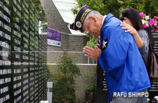 Families lay flowers at the Japanese American National War Memorial Court. (MARIO G. REYES/Rafu Shimpo)