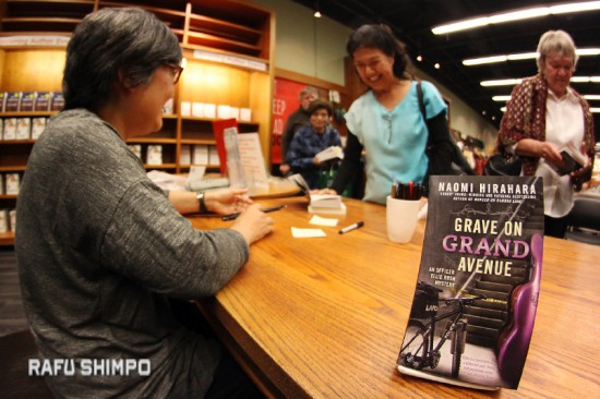 "Naomi HIrahara signed copies of her latest book, ""Grave on Grand Avenue,"" the second installment in the Ellie Rush mystery series, on April 9 at Vroman's Bookstore in Pasadena. Amy Uyematsu also read from and signed copies of her newest collection, ""The Yellow Door."" (MARIO G. REYES/Rafu Shimpo)"