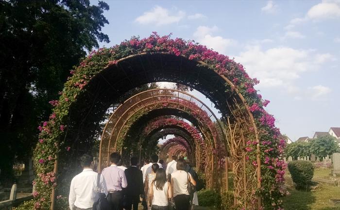 ハイビスカスが咲き乱れる「日本人墓地公園」。日本人学校の生徒をはじめ多くのボランティアが清掃に参加する