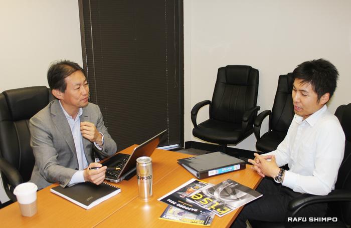 本社のあるNYからロサンゼルス支店を訪れ社員と打ち合わせをする大類社長(左)