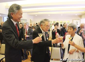 妻のメリー・ミツコ氏(左から3人目)と堀之内総領事(左端)と乾杯するトウナイ氏