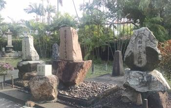 戦没者慰霊碑(左から「作業隊殉職者之碑」「陸海軍人軍虜留魂之碑」「殉難烈士之碑」とある)