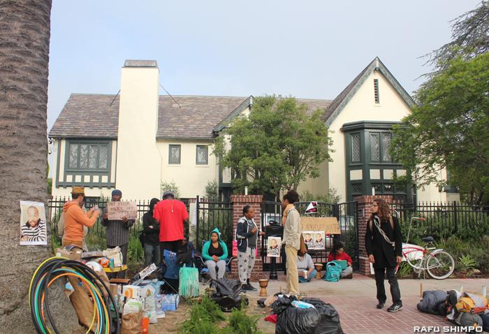 LA市長公邸前で抗議を続けるデモ参加者たち=9日早朝、ハンコックパーク地区