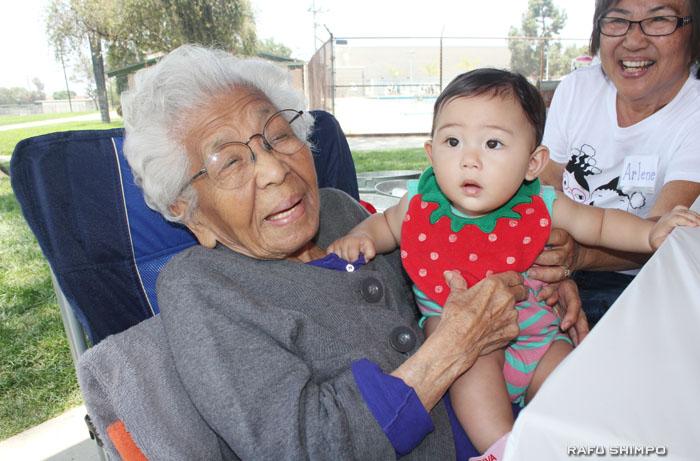 同会最高齢98歳のヤマモトさん(左)と最年少の生後10カ月のジュリー・トラゾちゃん