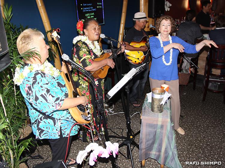 アンティーさん(左側中央)によるウクレレショー。演奏に釣られて、踊り出す人も多い